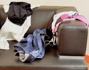 ropa en sillón